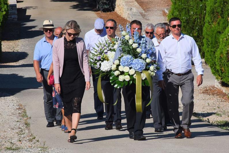 Položeni vijenci i zapaljene svijeće na grobu Olivera Dragojevića